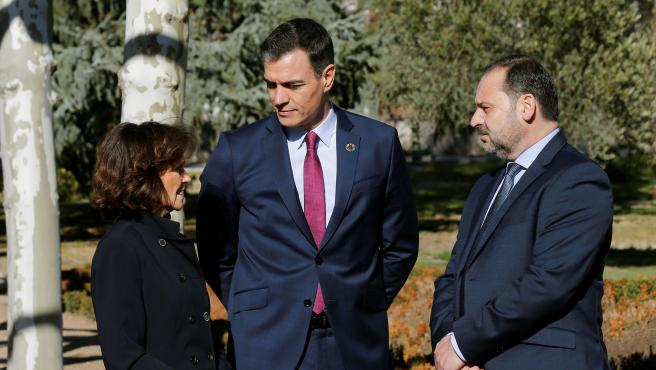 El presidente del Gobierno, Pedro Sánchez, conversa con la vicepresidenta primera, Carmen Calvo, y con el ministro de Transportes, José Luis Ábalos, a su llegada a la primera reunión de la mesa de diálogo.