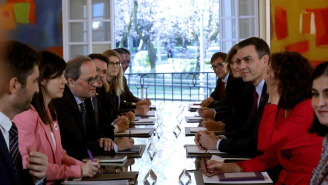 El presidente del Gobierno, Pedro Sánchez junto al presidente de la Generalitat, Quim Torra, en la primera reunión de la mesa de diálogo para solucionar el conflicto político en Cataluña.