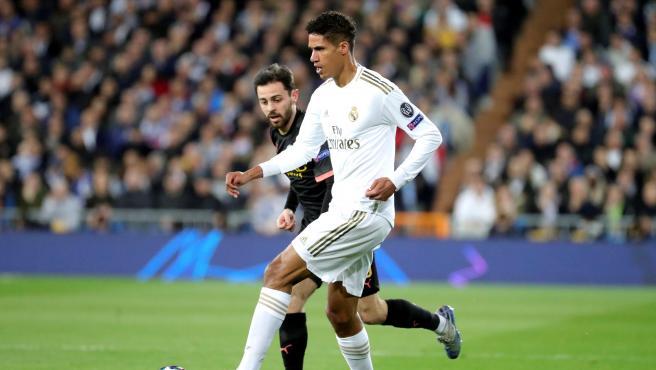 Varane y Bernardo Silva pugnan por un balón en el Real Madrid-Manchester City