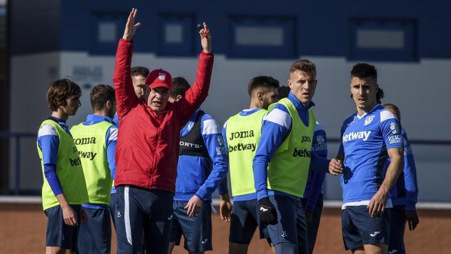 Javier Aguirre dirige un entrenamiento del Leganés.