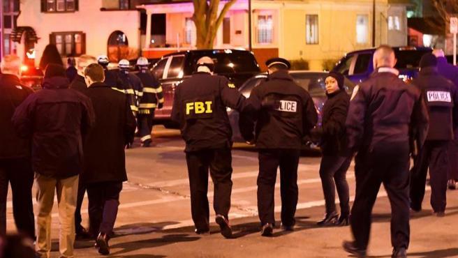 Agentes del FBI y de la Policía, junto a la fábrica de cerveza Molson Coors, en Milwaukee (EE UU), donde un tiroteo dejó varios muertos.