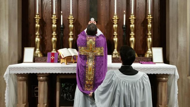 Imagen del rito de la consagración en una misa católica.