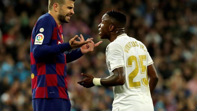 Piqué y Vinícius, durante el Real Madrid - Barcelona-