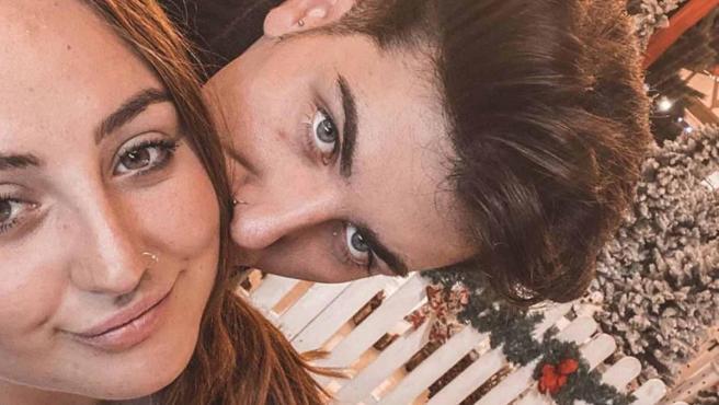 Rocío Flores y su novio, Manuel Edmar, posan juntos en una fotografía.