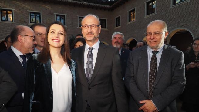 Inés Arrimadas y Francisco Igea, candidatos a liderar Ciudadanos, junto al presidente de las Cortes de Castilla y León, Luis Fuentes.