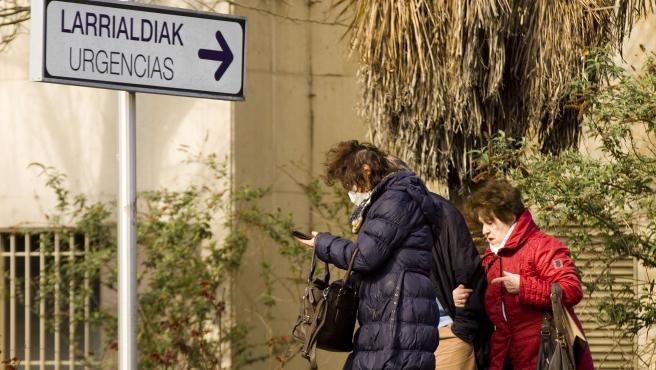 Dos personas frente al hospital Universitario de Álava-Txagorritxu en Vitoria.