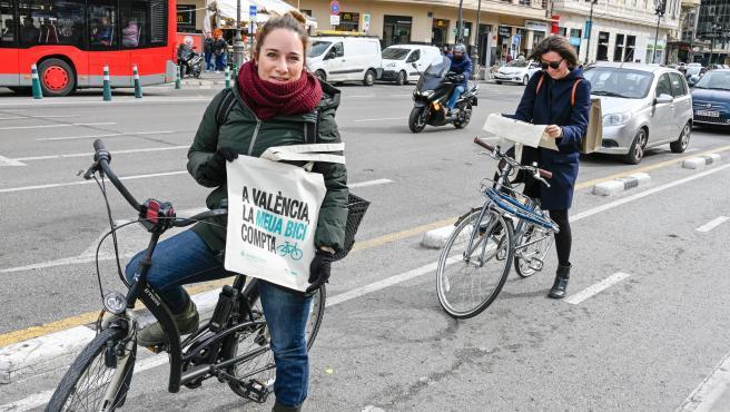 Usuarias del anillo ciclista, este martes, con bolsas conmemorativas del tercer aniversario.