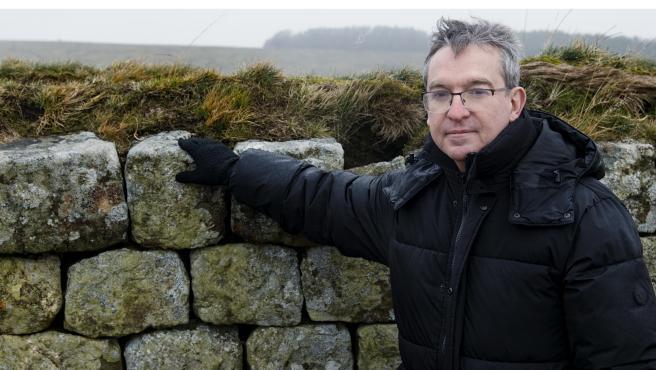 El escritor Santiago Posteguillo, apoyado en los restos del Muro de Adriano (Reino Unido)