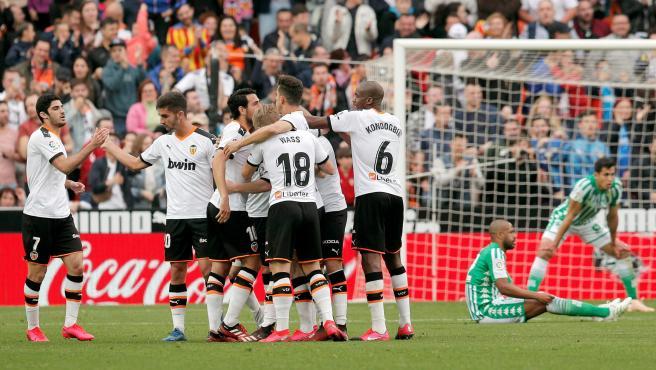 Los jugadores del Valencia celebran un gol ante el Betis.