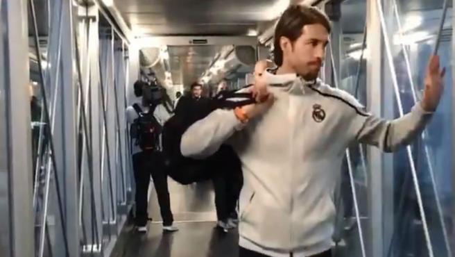El Real Madrid subiendo a un avión