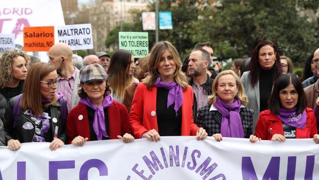 Begoña Gómez (c), esposa del presidente del Gobierno, Pedro Sánchez, junto a la vicepresidenta primera del Gobierno, Carmen Calvo (2i), la vicepresenta de Asuntos Económicos, Nadia Calviño (2d), y la ministra de Política Territorial y Función Pública, Carolina Darias (d), en la manifestación del 8M en Madrid.
