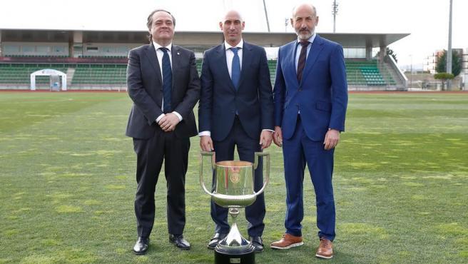 El presidente de la Real Sociedad, Jokin Aperribay, el de la RFEF, Luis Rubiales, y el del Athletic, Aitor Elizegi.