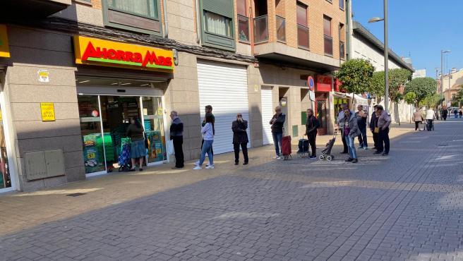 Clientes guardando la distancia de seguridad a la hora de entrar en un supermercado de Madrid.