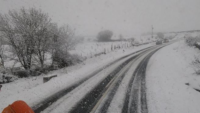 Carretera afectada por nieve.