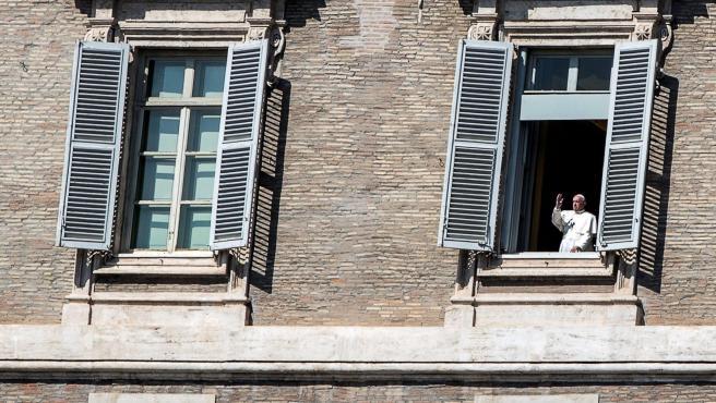 El papa Francisco saluda desde su ventana.