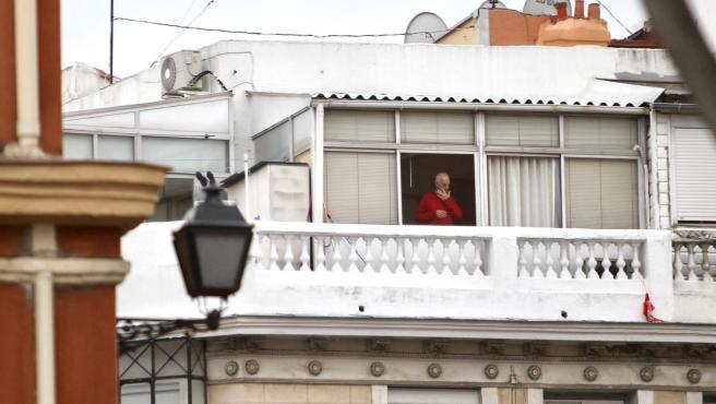 Un anciano recluido en su vivienda en Madrid.
