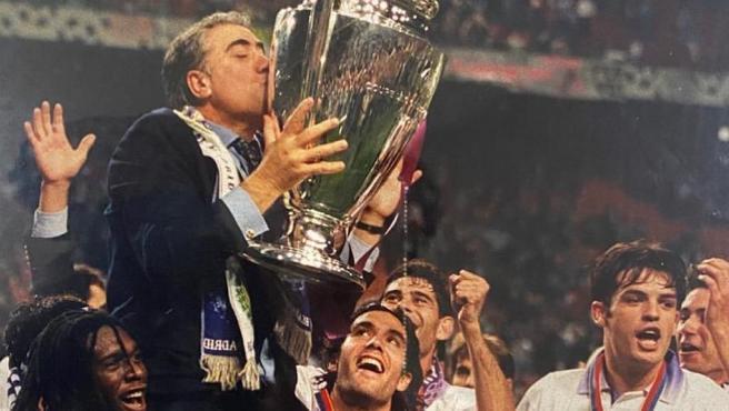 Lorenzo Sanz, con la Champions mientras es levantado a hombros.