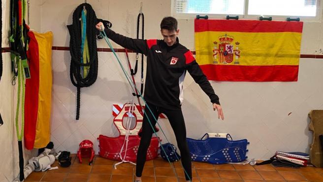 Jesús Tortosa, en el garaje de su casa que ha adaptado para entrenarse.