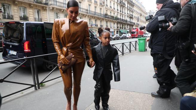 Kim Kardashian y su hija North West en París.