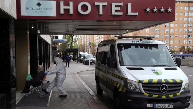 Entrada de un paciente desde una ambulancia al Hotel City House Florida Norte.