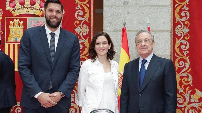 Felipe Reyes, Isabel Díaz Ayuso y Florentino Pérez, durante una recepción