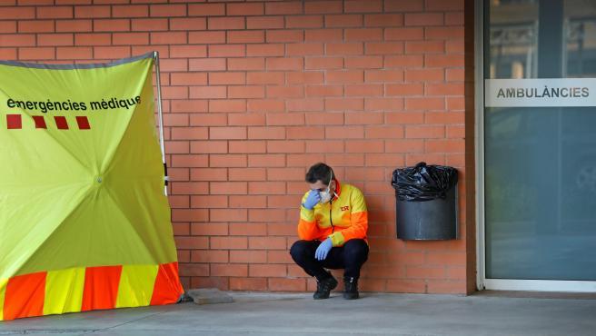 Un sanitario descansa en el exterior del Hospital de Igualada (Barcelona).