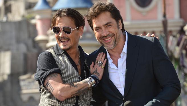 Johnny Depp y Javier Bardem, en Disneyland, en 2017.