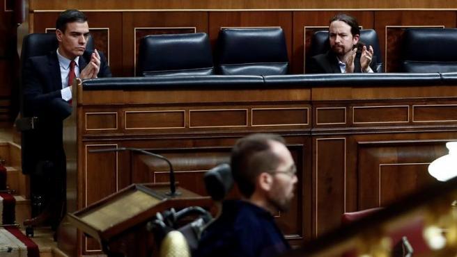 El presidente del Gobierno, Pedro Sánchez, y el líder de Unidas Podemos, Pablo Iglesias, apaluden a Pablo Echenique.