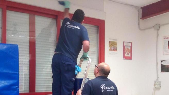 Operarios durante los trabajos de limpieza y desinfección de edificios públicos de Montilla