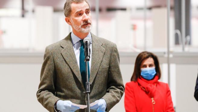 El rey Felipe VI pronuncia unas palabras de ánimo a todo el personal que trabaja en el hospital de Ifema.