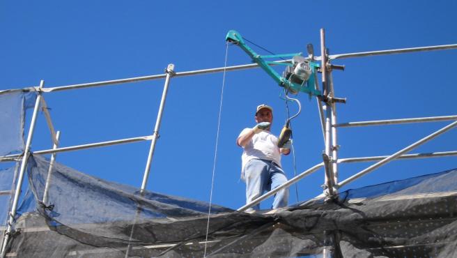 Un trabajador en una obra, en una imagen de archivo.