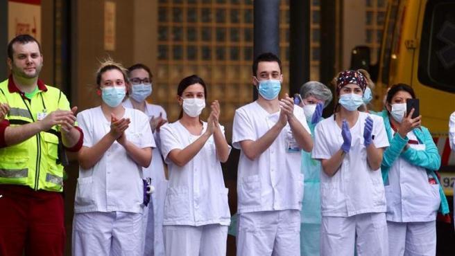 Personal médico del Hospital La Paz corresponde con aplausos al apoyo que recibe de la gente todos los días a las 20.00 horas.