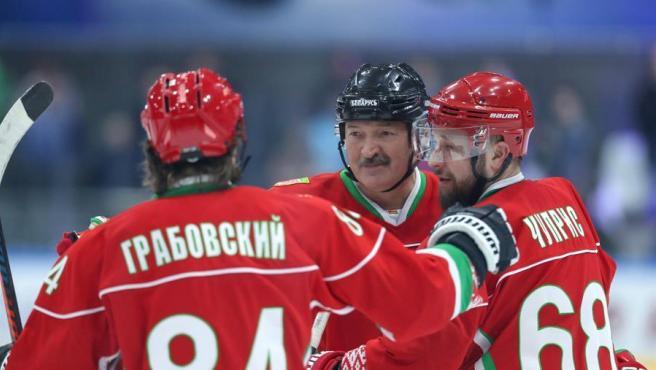 El presidente de Bielorrusia, Alexander Lukashenko (en el centro), durante un partido amateur de hockey sobre hielo, en Minsk, el 28 de marzo de 2020.
