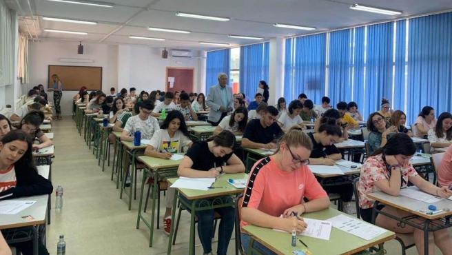 Alumnos extremeños realizando las pruebas de la EBAU