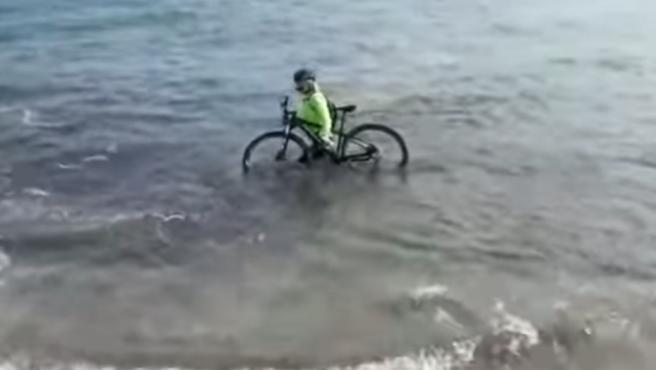 Ciclista italiano en el mar