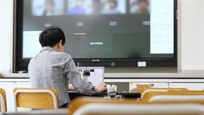 Un maestro imparte una clase 'online' de prueba con sus alumnos en una aula vacía en Corea del Sur, donde se reanudará a través de internet el curso escolar, tras una interrupción de cinco semanas por el coronavirus COVID-19.