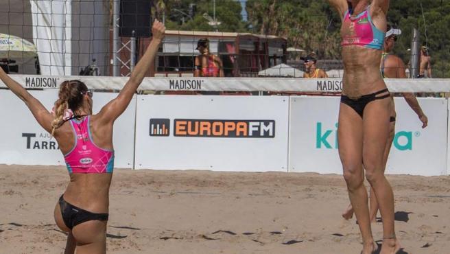 Dos jugadoras del circuito Madison Beach Volley Tour celebran una victoria.