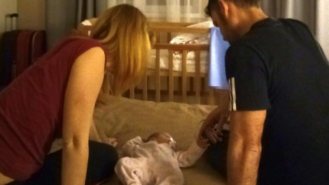 Mar, su pareja y su hija aseguran que no pueden regresar a España y que pronto quedarán sin cobertura sanitaria.
