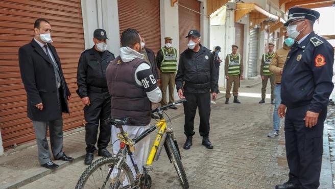 Agentes policiales marroquíes piden autorizaciones de movilidad a un ciudadano este jueves en Rabat.