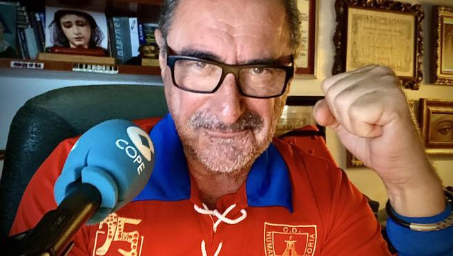 Carlos Herrera, con la camiseta del Numancia con motivo de su 75 aniversario.