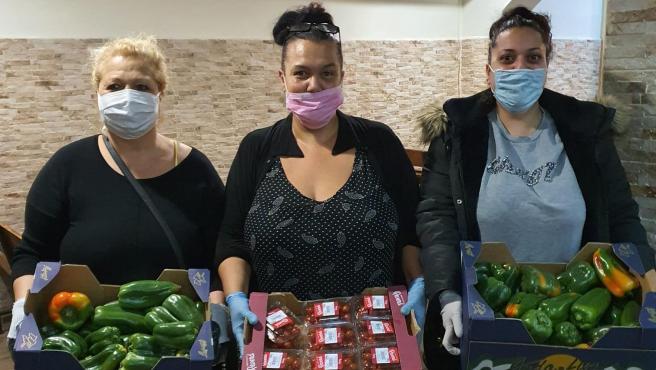 Miembros de la FAGIC colaborando en el reparto de alimentos.