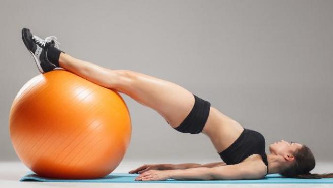 El fitball permite realizar innumerables ejercicios.
