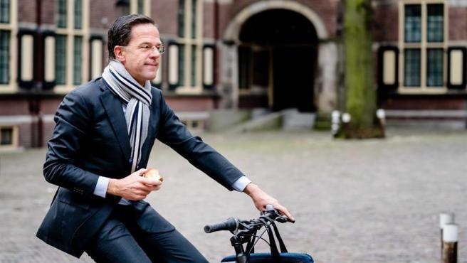Mark Rutte a bordo de una bicicleta en La Haya.