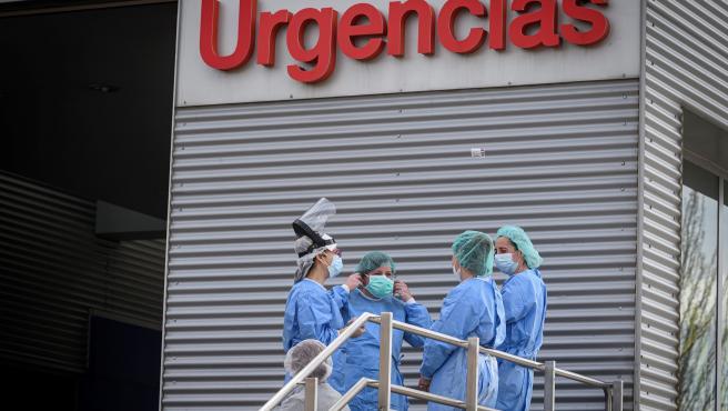 Personal sanitario en la entrada de Urgencias del Hospital de Alcalá de Henares.