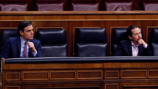 El presidente del Gobierno, Pedro Sánchez, y el vicepresidente segundo, Pablo Iglesias, este miércoles en el Congreso.