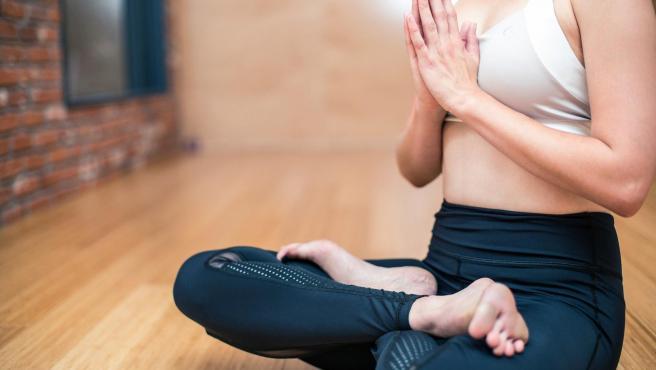 Imagen de archivo de una mujer haciendo yoga.