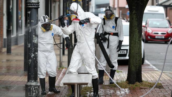Un equipo de limpieza desinfecta la ciudad inglesa de Eastleigh.