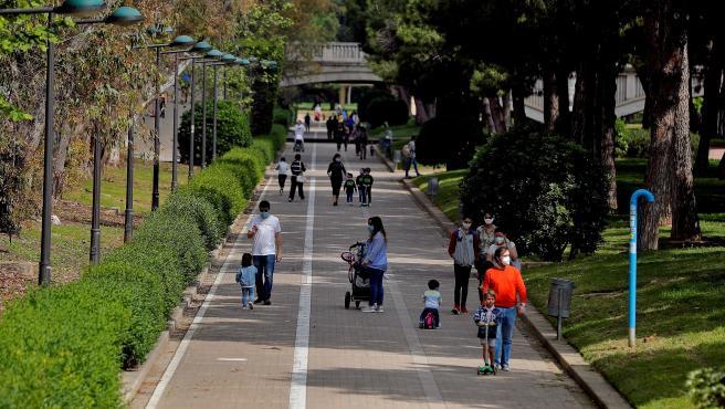 Numerosas familias han bajado al jardín del río Turia este domingo, primer día en que los niños han podido volver a pasear por las calles de la ciudad.