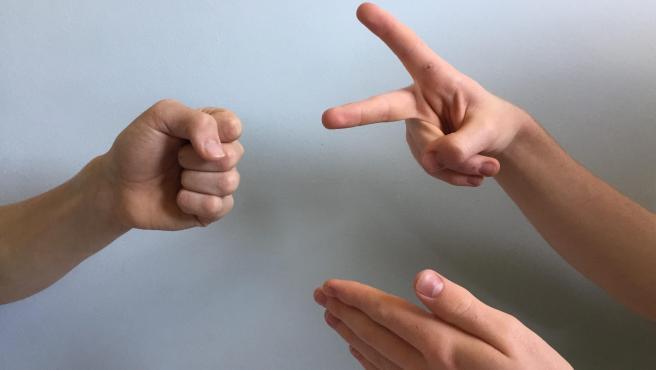 Imagen de archivo de dos personas jugando a 'Piedra, papel o tijera'.