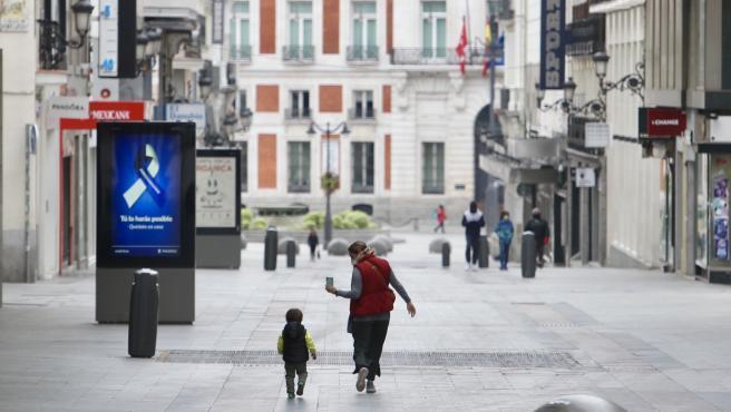 Una mujer camina junto a su hija